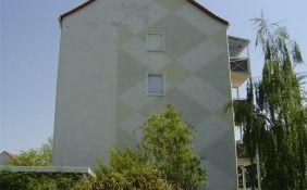 Putzschäden an der Fassade eines Mehrfamilienhauses